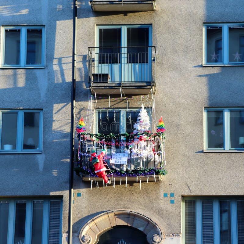 Um balcão com lotes de decorações do Natal fotografia de stock royalty free