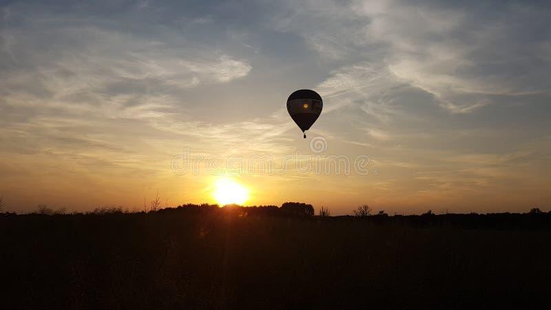 Um ballon em um por do sol foto de stock royalty free