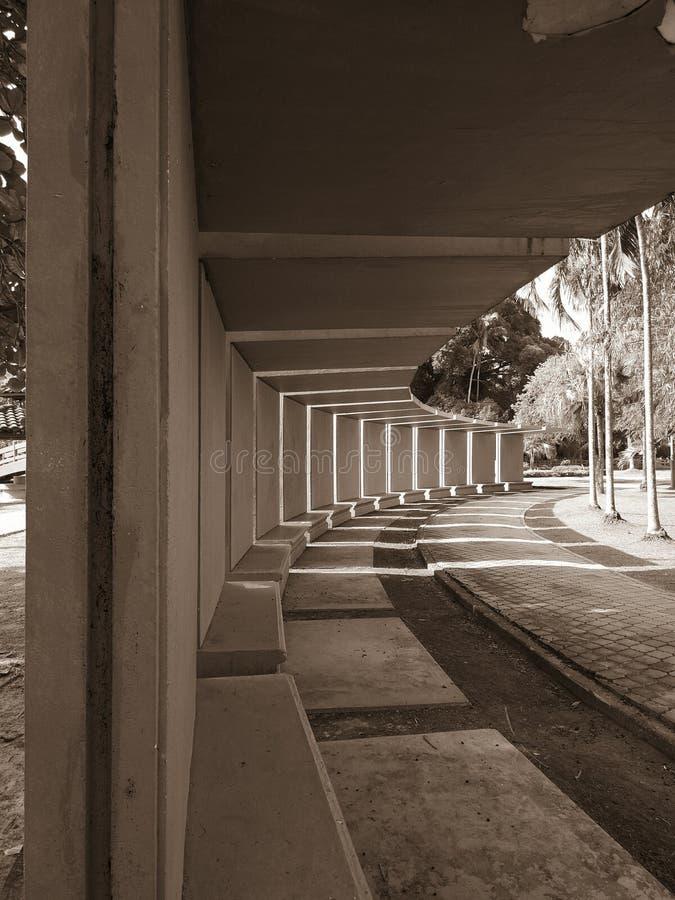 Um banco com a vista impressionante tomada no parque da paz, Labuan, Malásia imagem de stock