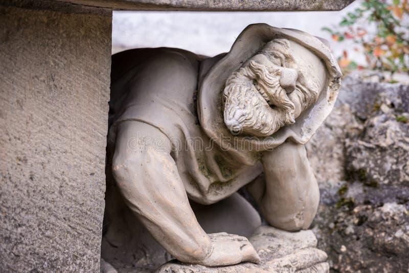 Um banco decorado com o homem figura no castelo de Lichtenstein, Alemanha fotografia de stock