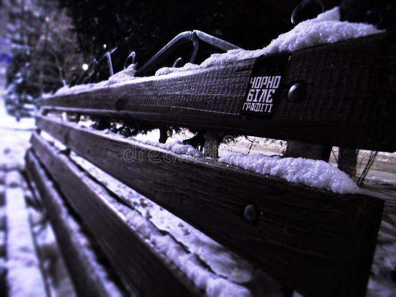 Um banco no inverno fotos de stock