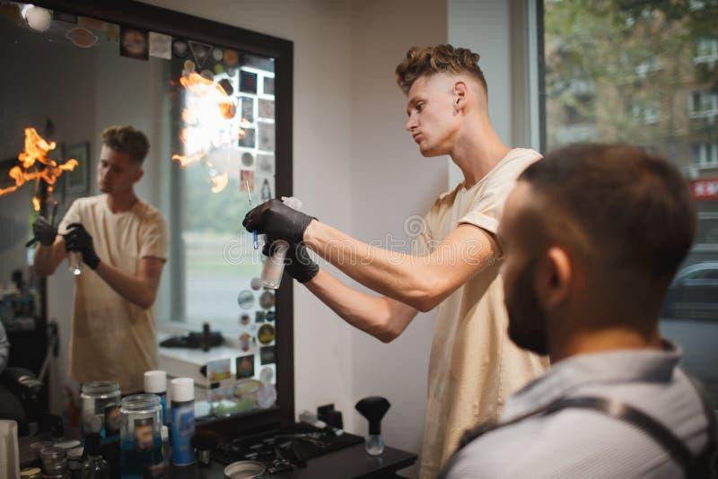 Um barbeiro à moda que prepara ferramentas para a barbeação tradicional da barba em um fundo do barbeiro Conceito do corte de cab imagens de stock royalty free