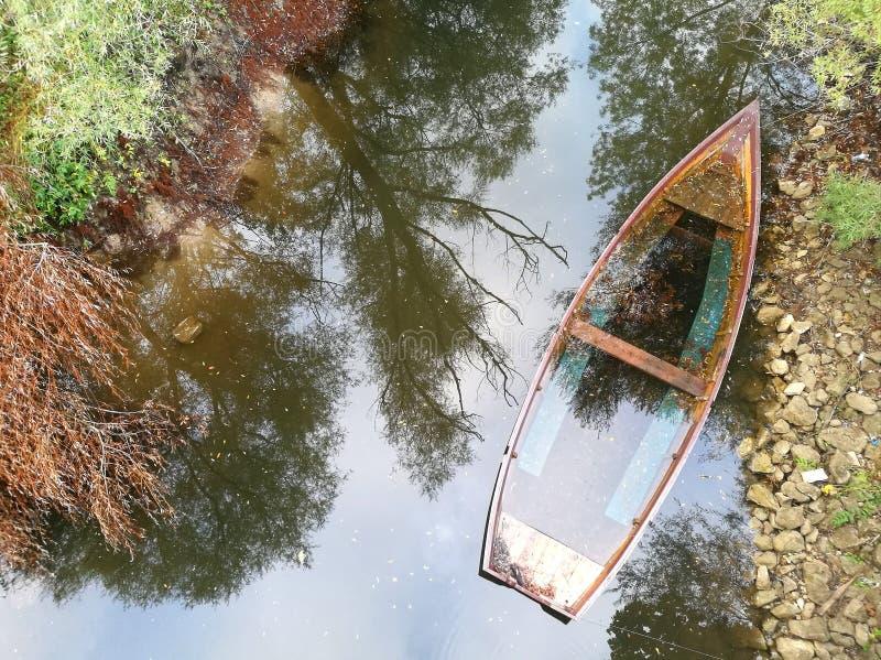 Um barco abandonado fotografia de stock