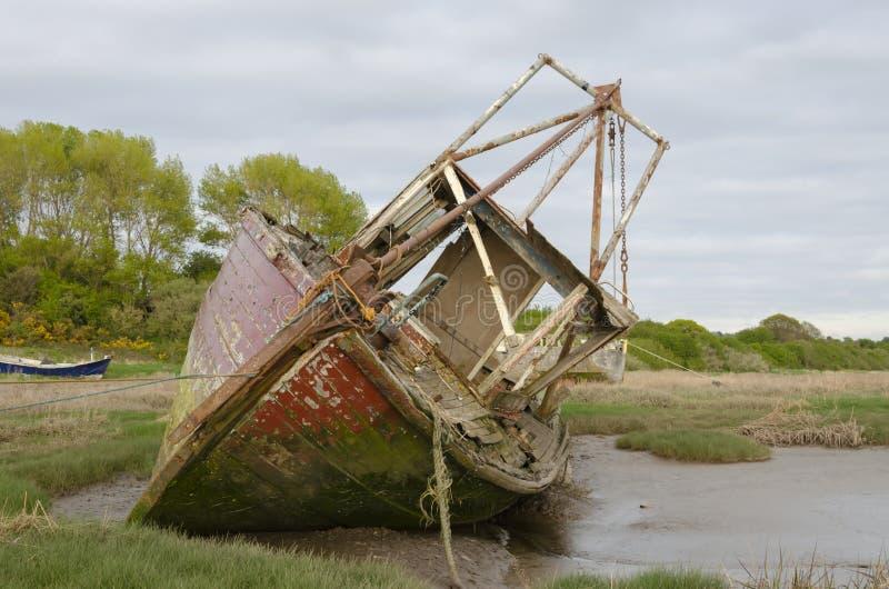 Um barco abandonado velho fotos de stock