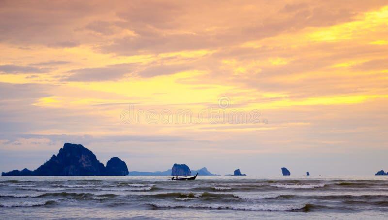 Um barco da cauda longa com por do sol na praia de Nopparat Thara, Ao Nang, Krabi, Tailândia Opinião bonita do mar da praia fotos de stock royalty free