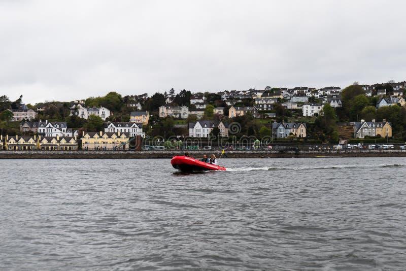 Um barco de Cork Harbour Boat Hire, uma empresa para contratar para fora os barcos ao público geral todos da movimentação do auto imagens de stock