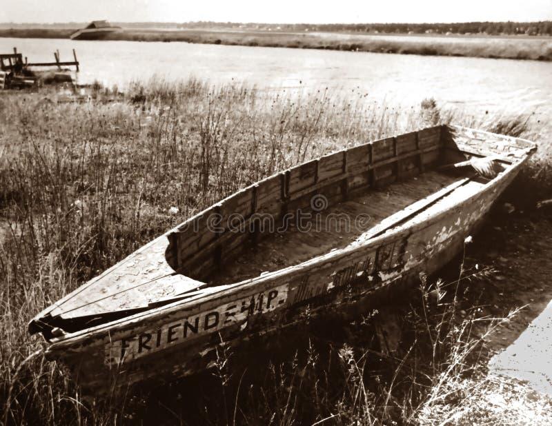 Um barco de fileira dilapidado velho imagens de stock