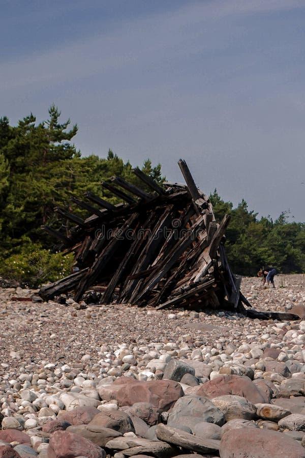 Um barco de madeira abandonado fotografia de stock