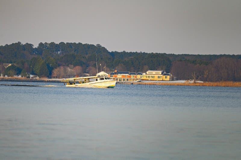 Um barco de pesca no rio foto de stock royalty free