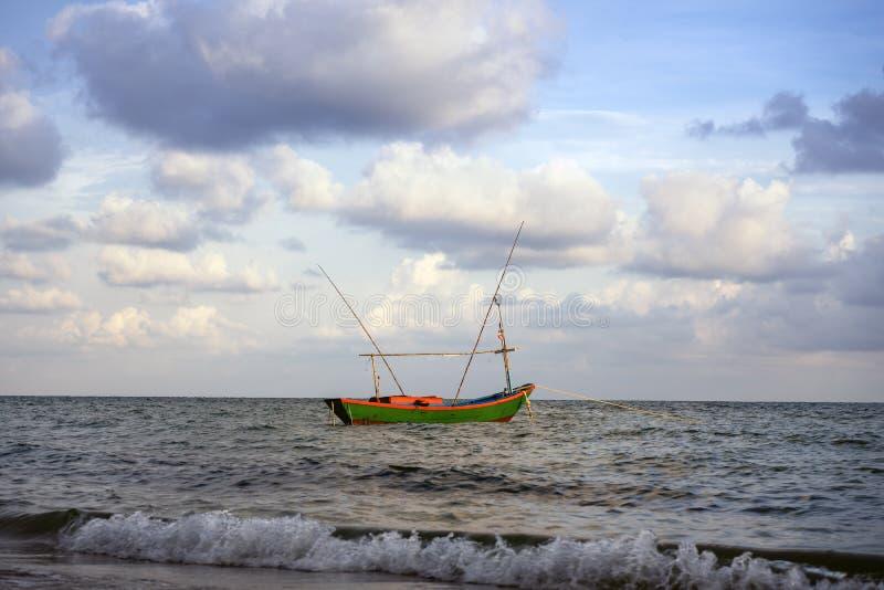 Um barco de pescadores locais imagens de stock