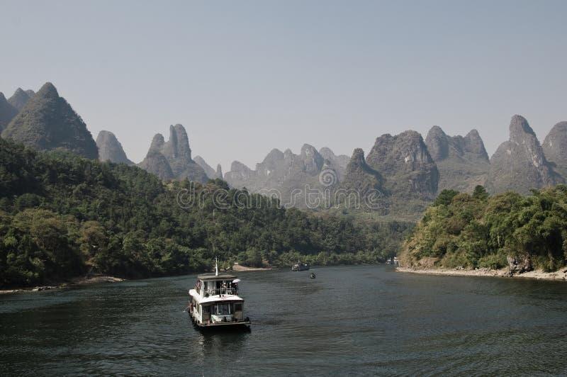 Um barco de turista no rio de Lijiang em Guilin fotografia de stock royalty free