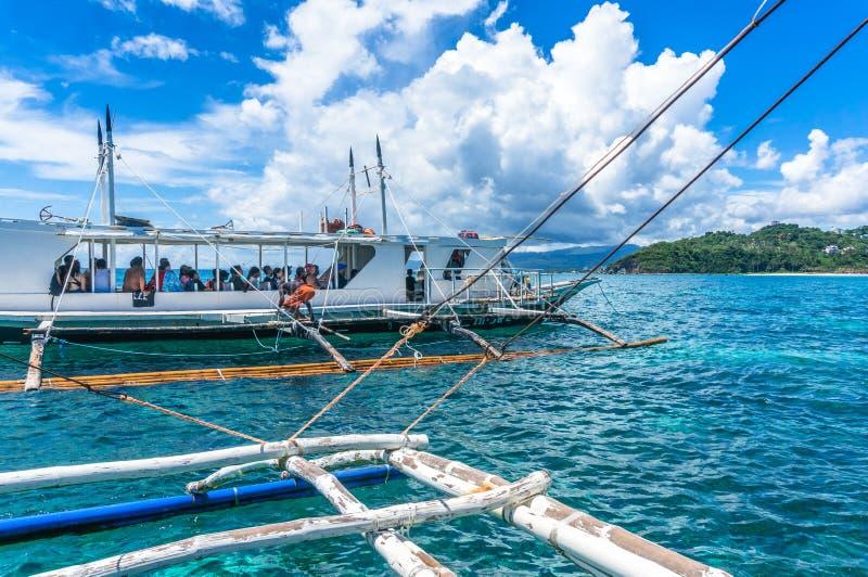 um barco do banca com os turistas que navegam no mar imagens de stock