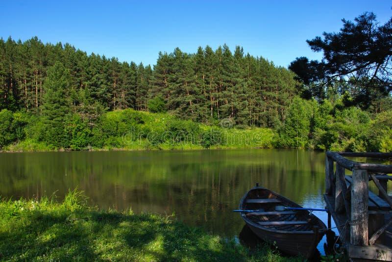 Um barco em um lago no taiga Siberian imagens de stock