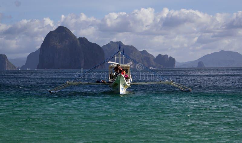 Um barco filipino no mar de Palawan, Filipinas imagem de stock royalty free