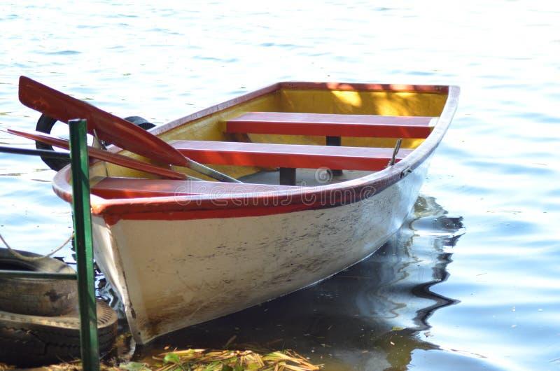 Um barco no banco de rio imagens de stock royalty free