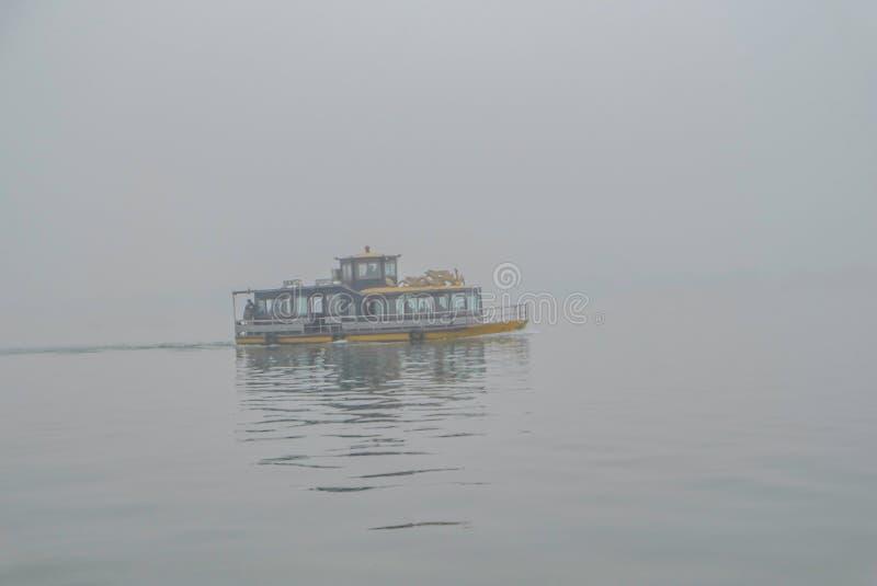 Um barco no lago o mais lakeWest um Xihu do beautfiul do destino na porcelana com nevoento ou névoa fotografia de stock