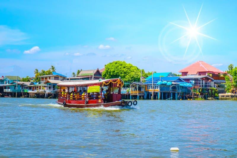 Um barco no rio foto de stock