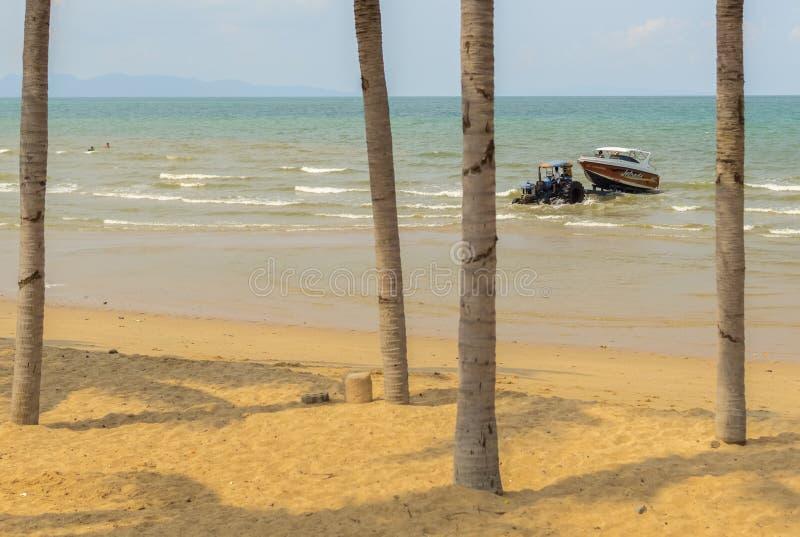 Um barco pequeno da velocidade foi transportado à praia imagem de stock royalty free