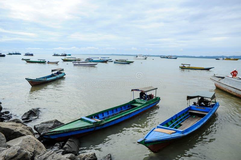 Um barco perto do pescador Village em Malásia fotos de stock
