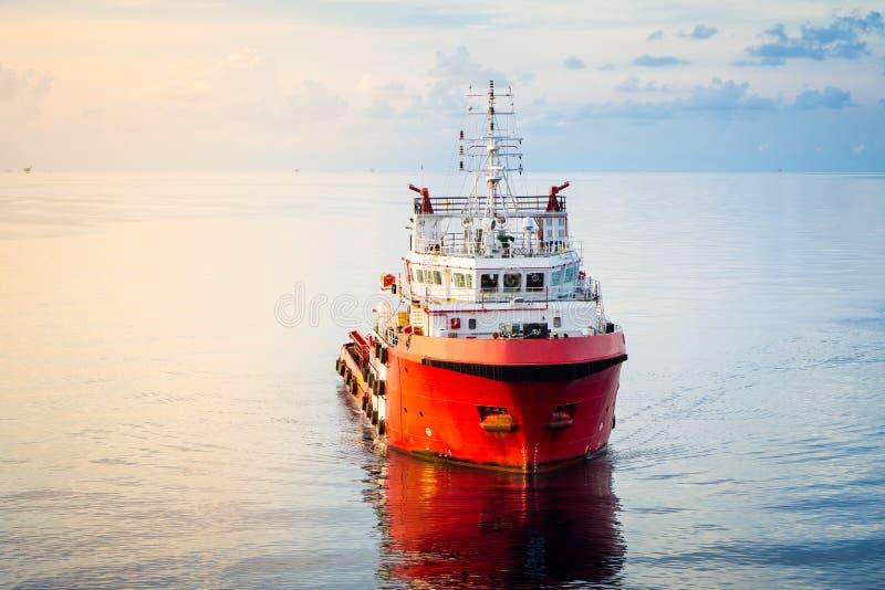 Um barco a pouca distância do mar da fonte imagem de stock royalty free