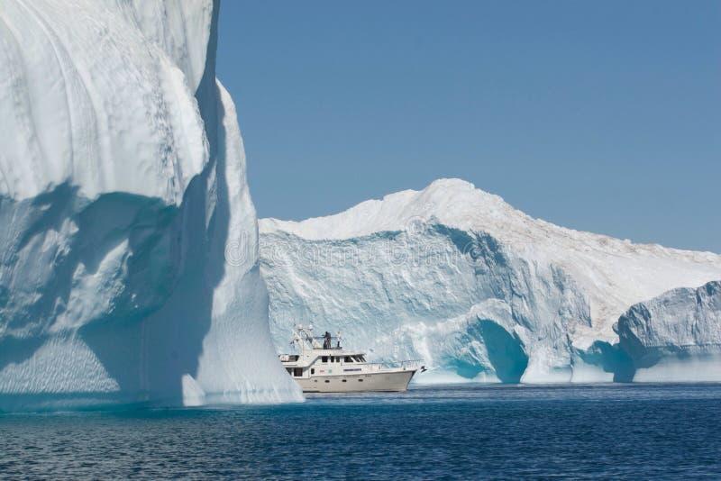 Um barco que encontra sua maneira através do ártico imagem de stock