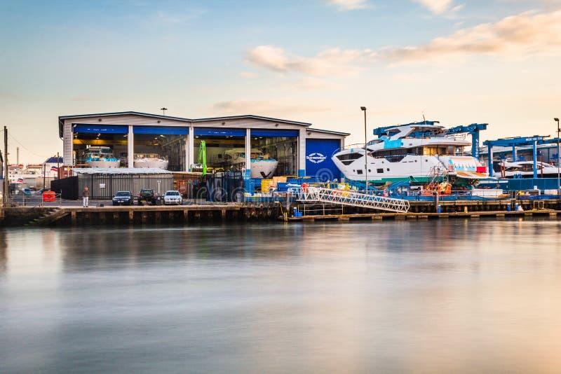 Um barco que está sendo reparado em Poole' porto de s fotografia de stock royalty free