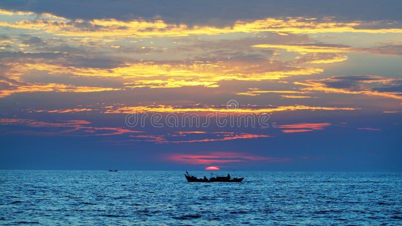 Um barco que parte por um dia novo fotos de stock royalty free