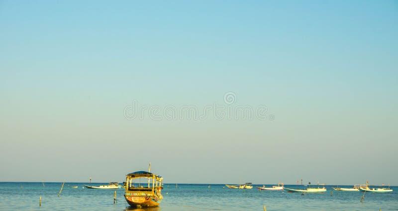 Um barco tradicional do transporte no mar tropical no jawa do karimun imagens de stock