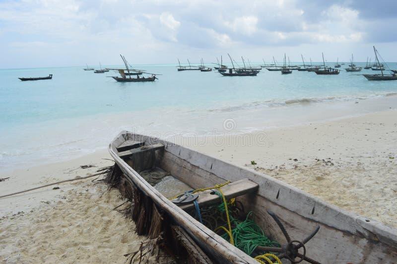 Um barco velho com os barcos de pesca no fundo fotos de stock royalty free