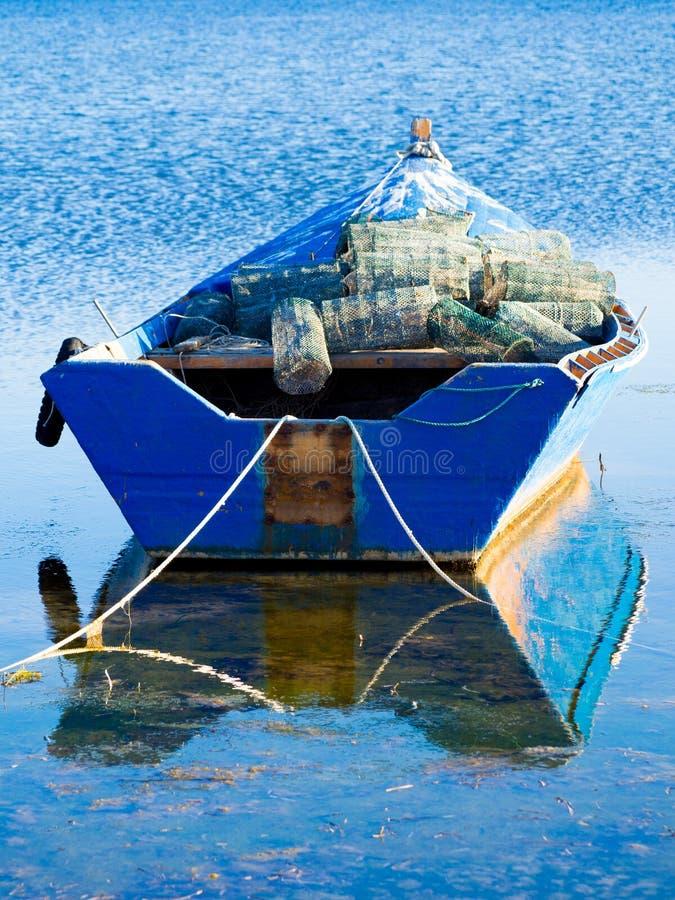Um barco velho do pescador com armadilha dos peixes fotografia de stock
