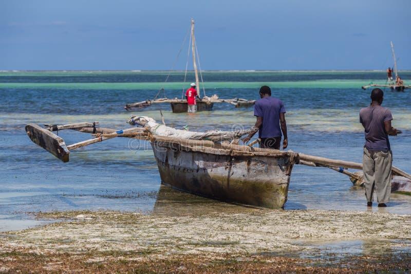 Um barco velho no litoral no fundo da linha do horizonte Curso em torno de Tanzânia foto de stock royalty free