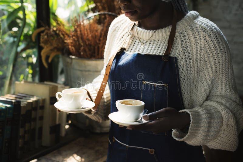 Um barista está servindo o café fotos de stock royalty free