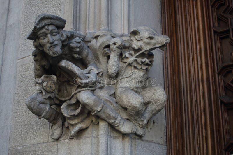 Um baterista da rua com um urso de dança no portal da casa Amatller fotografia de stock royalty free