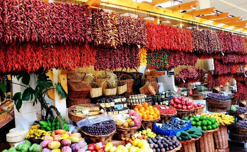 Um bazar com pimentas e fruto secados fotografia de stock