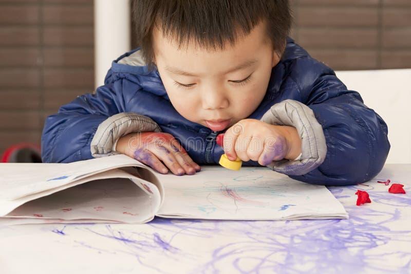 Um bebê bonito está pintando imagens de stock