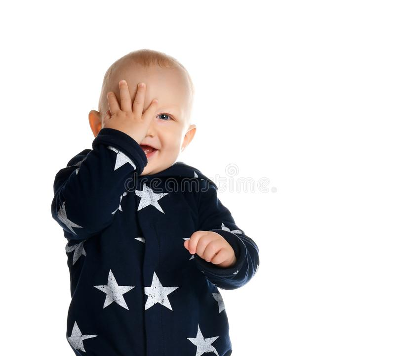 Um bebê de um ano bonito está em um ajuste branco do estúdio imagens de stock
