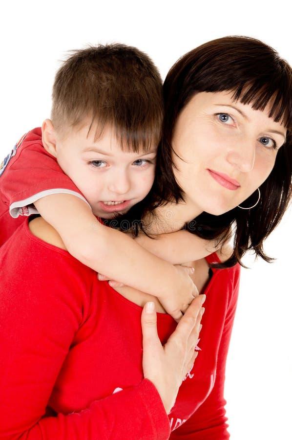 Um bebê pequeno abraça a mãe imagens de stock royalty free