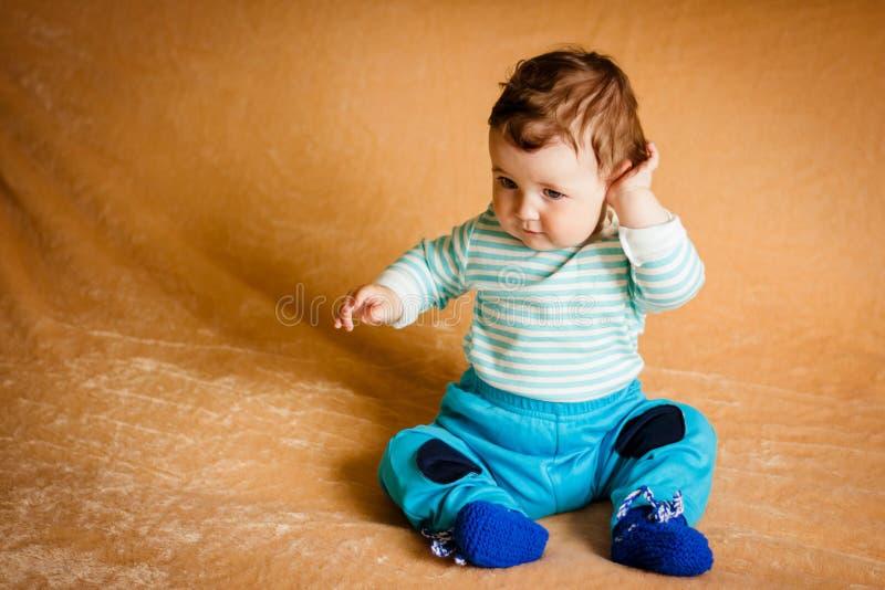 Um bebê pequeno bonito com olhos azuis fotos de stock royalty free
