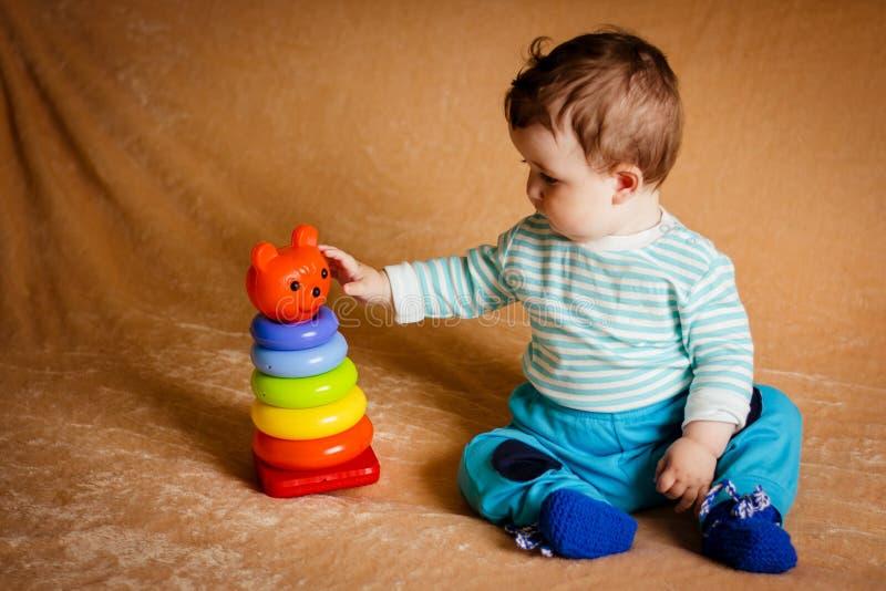 Um bebê pequeno bonito com olhos azuis fotografia de stock