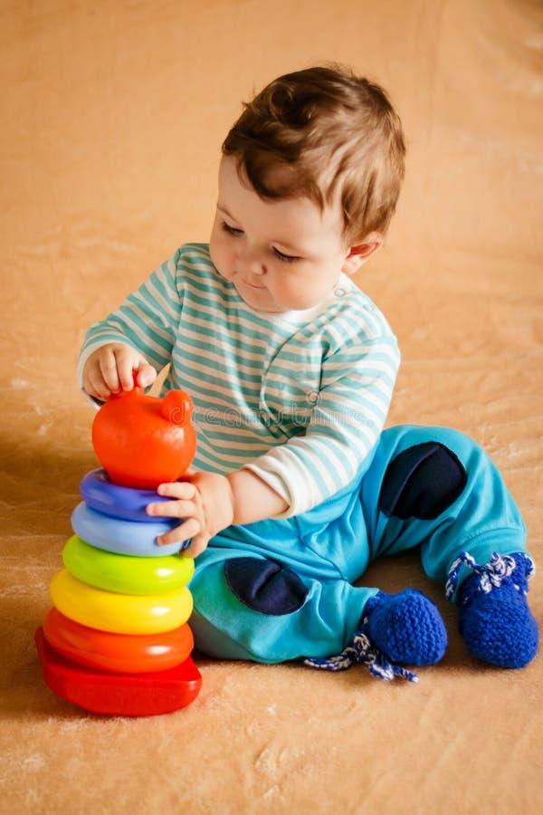 Um bebê pequeno bonito com olhos azuis imagens de stock royalty free