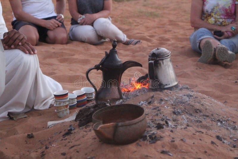 Um beduíno prepara o café tradicional em areias de Wahiba, Omã imagens de stock