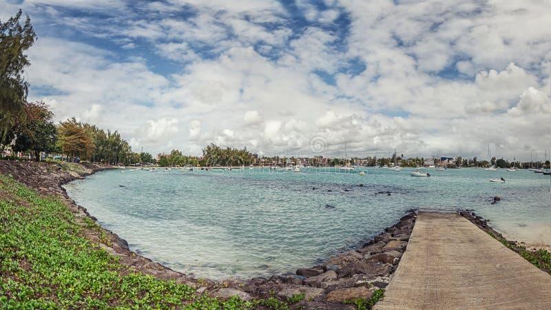 Um beliche na água azul na baía grande imagens de stock