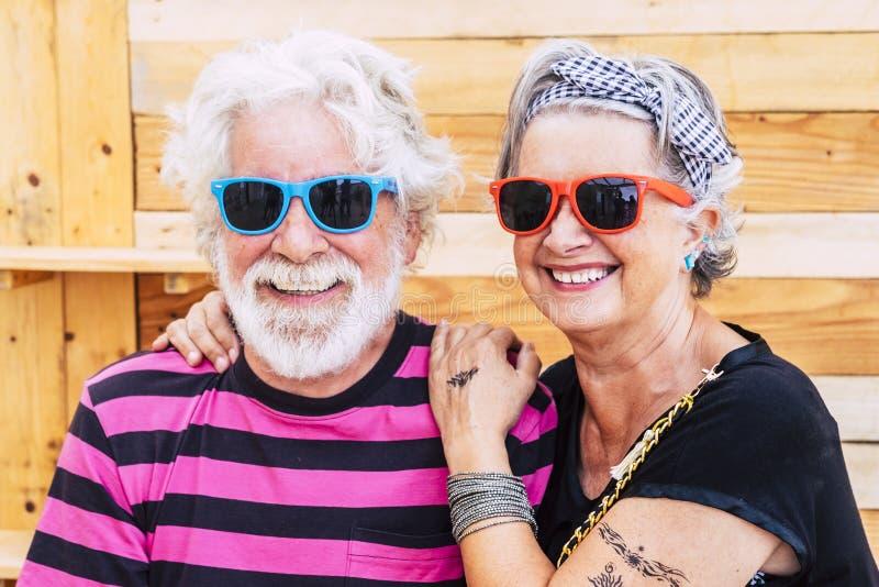 Um belo e jovem casal ativo, apaixonado e amistoso, em frente à câmara - idade limite para os reformados modernos foto de stock