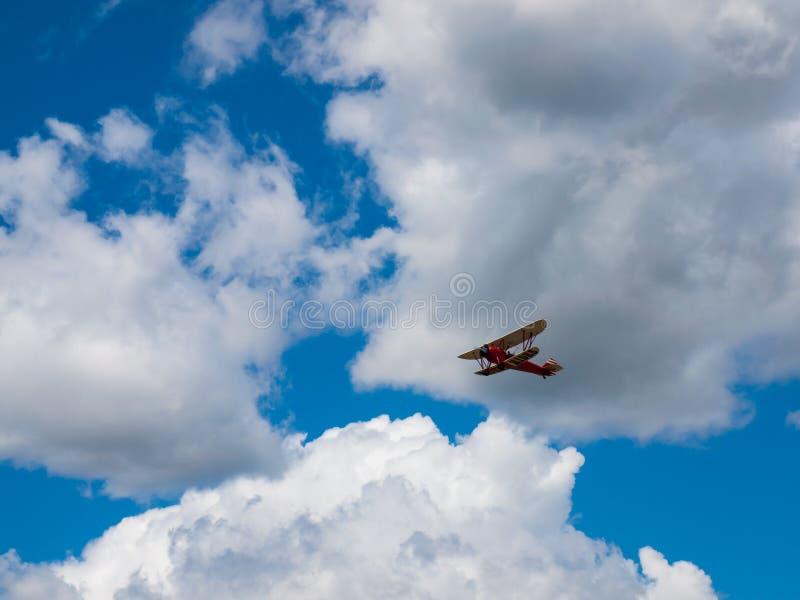 Um biplano em voo imagem de stock
