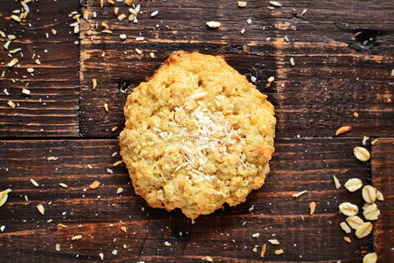 Um biscoito de aveia em fundo de madeira Vista superior Espaço livre para o teste Biscoitos saudáveis caseiros Pastas doces Coco fotografia de stock