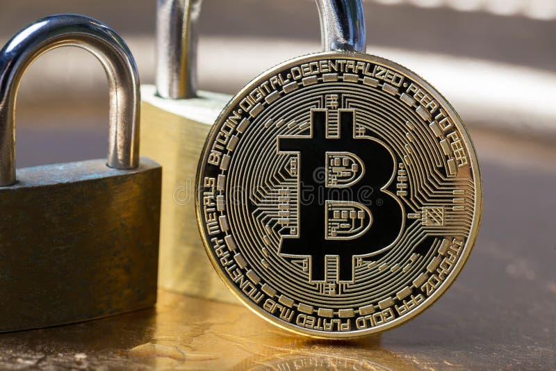 Um bitcoin com fechamentos imagem de stock royalty free