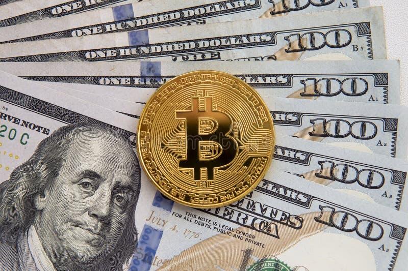 Um Bitcoin em cédulas imagem de stock