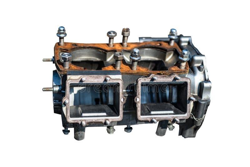 Um bloco desmontado de um motor do dois-cilindro em um fundo branco com um trajeto de grampeamento imagem de stock royalty free
