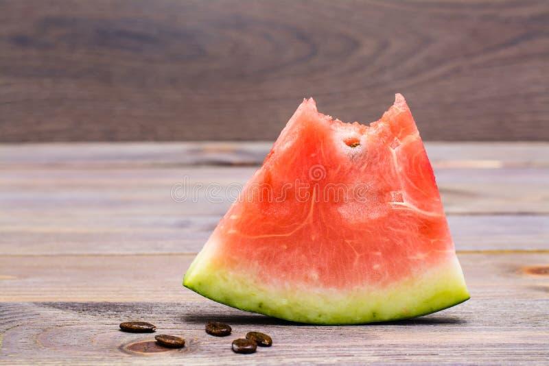 Um bocado da melancia e das sementes da melancia foto de stock royalty free