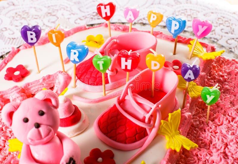 Um bolo de aniversário cor-de-rosa imagens de stock royalty free